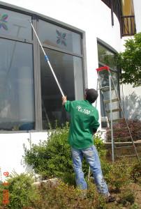 Почистване на прозорци, витрини и фасади